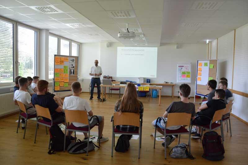 Gerald Ratz leitete den Workshop für Finanzbildung bei Gady.